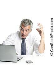 zangado, triste, sênior, cabelo cinza, homem negócios, laptop