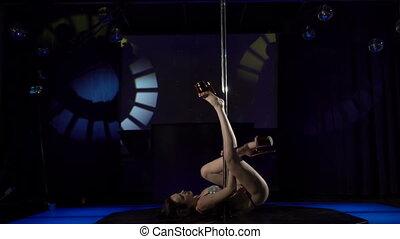 zapalany, kobieta, taniec klub, słup, tancerz, występuje, noc, sexy, czuciowy, rusztowanie