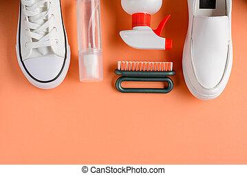 zapatillas, cepillos, limpiador, rocíos, fondo anaranjado