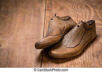 zapato, lasts, en, el, marrón, de madera, fondo., estilo retro