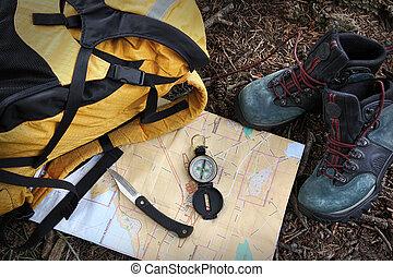zapatos de excursión, en, mapa, con, compás