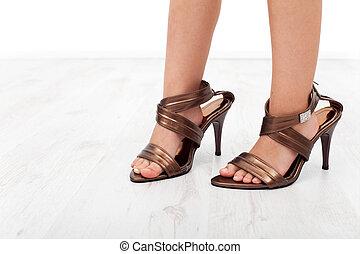zapatos de taco alto, en, niño, pies