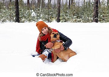 zapfentragend, spielende , schöne , sitzen, sie, staffordshire, winter, hund, amerikanische , forest., junge frau, terrier, schnee
