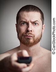 zapping, -, irritado, homem, com, controle remoto televisão