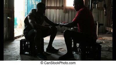 zarzutka, ręka, pomagając, trener, afrykanin, sala ...