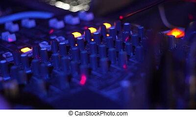 zatkać się, didżej, mikser, gracz, i, odgłos, wspornik, dla, muzyka, partia., didżej, panowanie, muzyka, wspornik, i, barwne światło, w, nightclub., dyskdżokej, poduszeczka, i, mieszanie, deck.