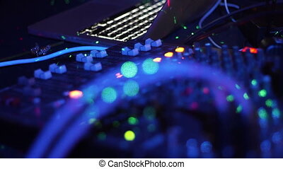 zatkać się, didżej, panowanie, muzyka, wspornik, i, barwne światło, w, nightclub., didżej, mikser, gracz, i, odgłos, wspornik, dla, dyskoteka, partia., dyskdżokej, poduszeczka, i, mieszalne ustrojenie, z, barwny, illuminated.