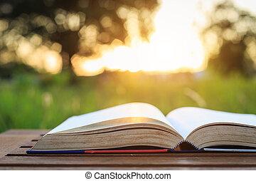 zatkać się, książka, na, stół, w, zachód słońca, czas