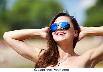 zatkać się, portret, od, szykowny, piękny, sexy, kobieta, w, okulary, i, z, mokry włos, na, niejaki, słoneczny, plaża, z, błękitny, water.