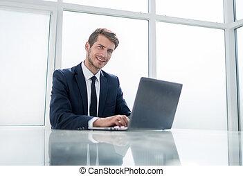 zaufany, biznesmen, posiedzenie na stole, w, niejaki, obszerny, biuro
