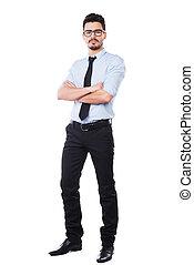 zaufany, businessman., pełna długość, od, przystojny, młody mężczyzna, w, koszula i wiążą, keeping, herb krzyżował, i, aparat fotograficzny przeglądnięcia, znowu, reputacja, przeciw, białe tło