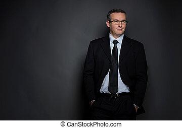 zaufany, businessman., zaufany, średni-wiek, człowiek, w, formalwear, aparat fotograficzny przeglądnięcia, znowu, reputacja, odizolowany, na, szary