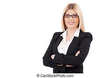 zaufany, businesswoman., zaufany, dojrzały, kobieta interesu, keeping, herb krzyżował, i, uśmiechanie się, znowu, reputacja, odizolowany, na białym