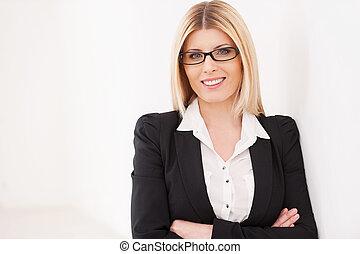 zaufany, dojrzały, businesswoman., zaufany, dojrzały, kobieta interesu, keeping, herb krzyżował, i, uśmiechanie się