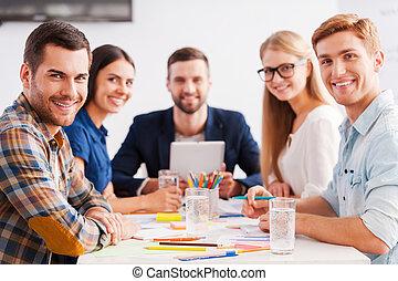 zaufany, i, twórczy, team., grupa, od, radosny, handlowy zaludniają, w, przemądrzały przypadkowy, nosić, posiedzenie razem, na stole, i, aparat fotograficzny przeglądnięcia