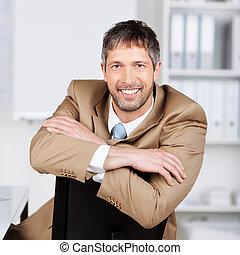 zaufany, krzesło, biznesmen, biuro, nachylenie