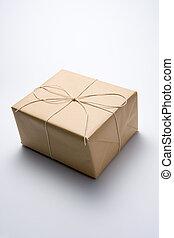 zawinięty, brunatny papier pakunek