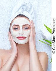 zdrój, kobieta, zwracający się, twarzowy, glina, mask., closeup, portret, od, piękny, dziewczyna, z, niejaki, ręcznik, na, jej, głowa, zwracający się, twarzowa maska