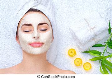 zdrój, kobieta, zwracający się, twarzowy, mask., closeup, portret, od, piękny, dziewczyna, z, niejaki, ręcznik, na, jej, głowa, zwracający się, twarzowy, glina, maska