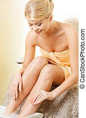 zdrój, salon, nogi, samicze ręki