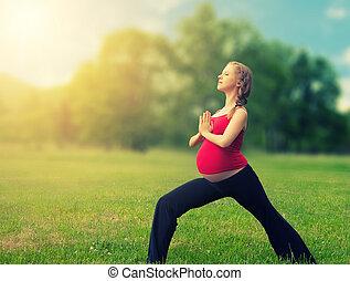 zdrowa kobieta, yoga, natura, brzemienny