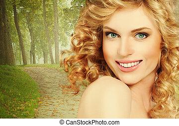 zdrowa kobieta, z, kędzierzawy, blond włos, na, natura, tło, outdoors