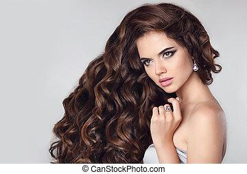 zdrowy, hair., piękny, brunetka, portrait., dziewczyna, wzór, z, makijaż, fason, biżuteria, długi, falisty, hairstyle., pociągający, młoda kobieta, odizolowany, na, studio, tło.