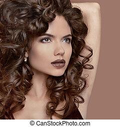 zdrowy, kędzierzawy, hair., piękno, makeup., brunetka, dziewczyna, wzór, z, fason, usteczka, falisty, hairstyle., piękna kobieta, odizolowany, na, beżowy, studio, tło.