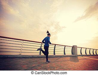 zdrowy lifestyle, młoda kobieta, wyścigi, na, wybrzeże