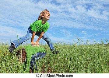 zdrowy, skok przez plecy pochylonego kolegi, dzieciaki, interpretacja, szczęśliwy