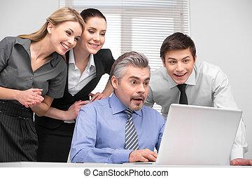 zdziwiony, handlowy zaprzęg, kibicując, laptop, z, śmiejąc., mająca zabawa, na, pracujący, place.