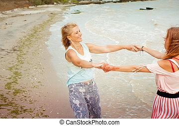 zee, volwassene, oever, moeder, het spinnen, dochter, handen, vasthouden