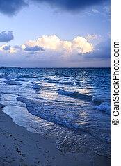 zeegolven, op, strand, op, schemering