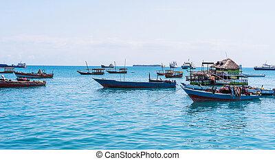 zeezicht, met, velen, verankeerd, vissersboten