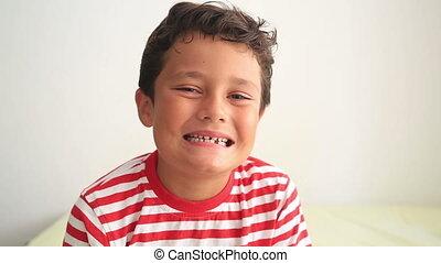 zeigende zähne, kind, fehlend