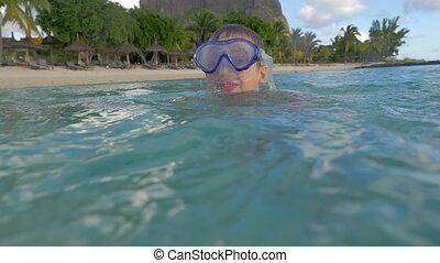 zeitlupe, ansicht, von, klein, junge, schwimmender, in,...