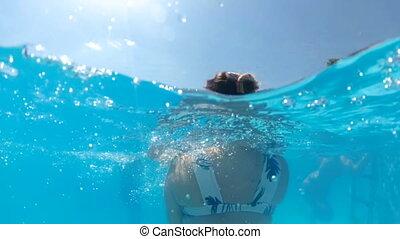zeitlupe, underwater, video, von, junger, mutter, besitz,...