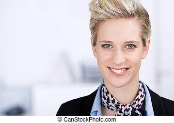 zeker, businesswoman, het glimlachen, in, kantoor