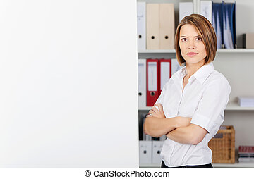 zeker, businesswoman, met, gevouwen wapens