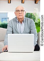 zeker, hogere mens, gebruikende laptop, op, verpleeghuis, portiek