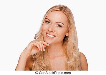 zeker, in, haar, beauty., het glimlachen, jonge, shirtless, vrouwenholding, hand op kin, en, kijken naar van fototoestel, terwijl, staand, tegen, witte achtergrond