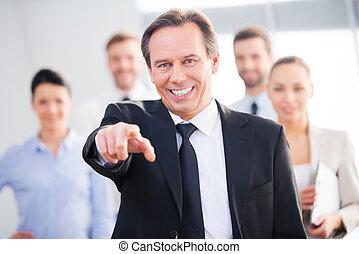 zeker, middelbare leeftijd , zakenman, achtergrond, you!, kiezen, wijzende, het glimlachen staand, zijn, collega's, u, terwijl