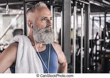 zeker, modieus, gepensioneerde, is, denken, terwijl, staand, in, sportende, centrum
