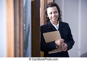 zeker, spaans, businesswoman, raadzaal, staand
