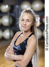 zeker, staande vrouw, gekruiste wapens, in, gym