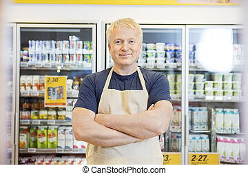 zeker, verkoper, staand, met, gekruiste wapens, in, grocery slaan op