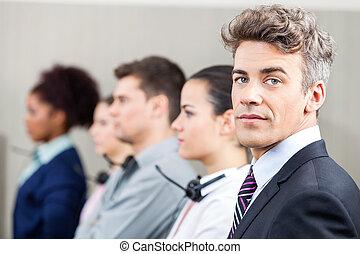 zekere manager, met, werknemers, staand, in, roeien