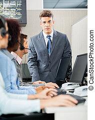 zekere manager, staand, voor, klantenservice/klantendienst, represen