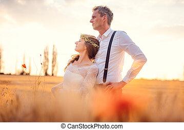 zelfde, het kijken, richting, vatting, paar, trouwfeest, landelijk, ondergaande zon , gedurende