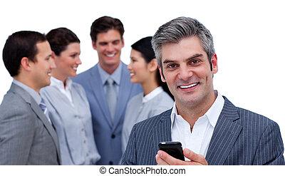 zelfverzekerd, staand, zijn, telefoon, team, voorkant, zakenman
